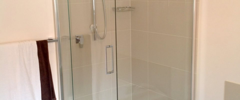 Semi-frameless shower screen